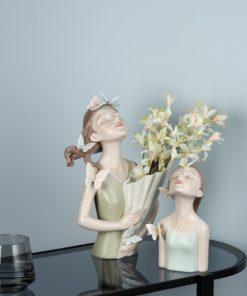 binh cam hoa co gai trang trí phòng khách