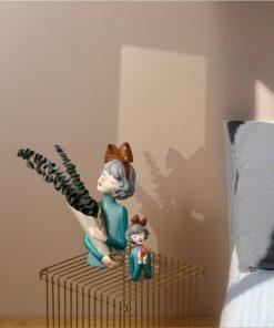 Bình hoa cô gái buộc nơ thích hợp trang trí phòng khách