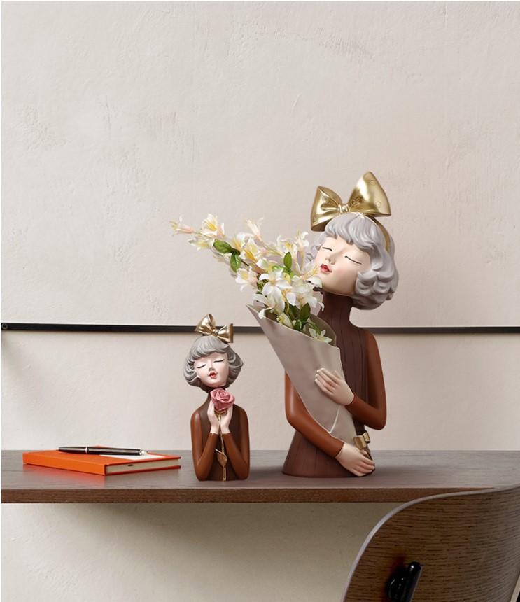 Bình hoa cô gái Sirley asaka buộc nơ thích hợp trang trí phòng khách