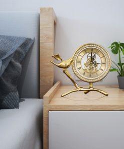 Đồng hồ cổ điển để bàn phòng khách