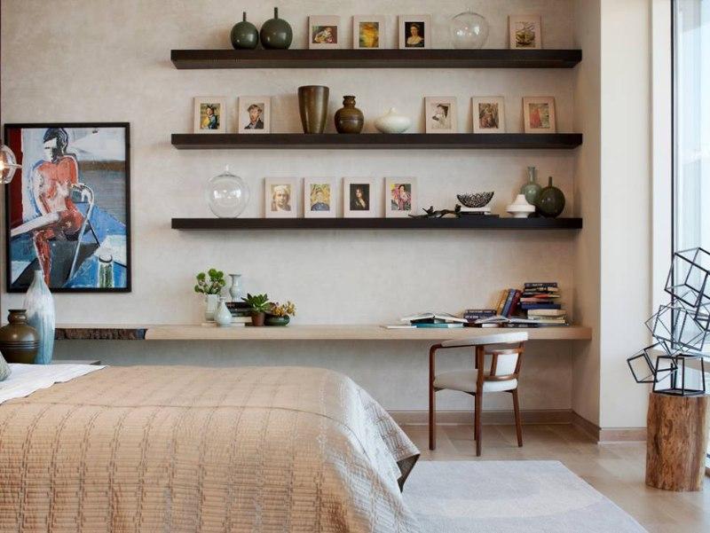 Sử dụng kệ gỗ treo tường để decor phòng ngủ