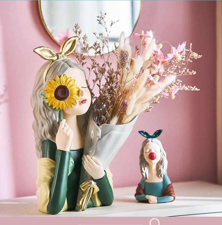 binh cam hoa co gai